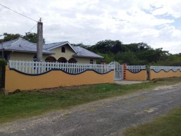 Beautiful 4 Bedroom House With Swimming Pool