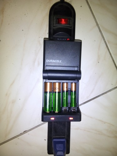 Duracell Ion Speed Battery Charger WITH 2AA & 2AAA