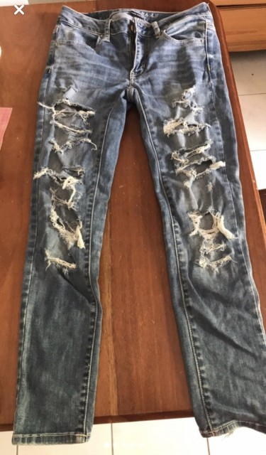 AMERICAN EAGLE RIPPED JEANS Size 2