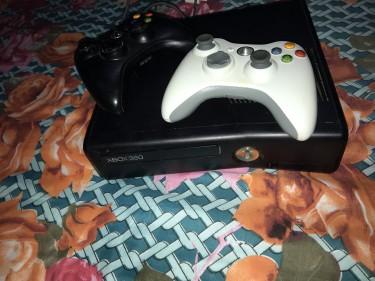 Xbox 360- 2 Controls, GTA V & MW3 (Good Condition)